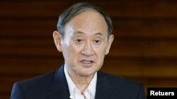 스가 요시히데 일본 총리가 15일 도쿄 관저에서 북한의 탄도미사일 발사 보도에 대한 입장을 밝히고 있다.