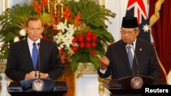 ၾသစေတးလွ်ဝန္ႀကီးခ်ဳပ္ Tony Abbott နဲ႔ အင္ဒိုနီးရွားသမၼတ Susilo Bambang Yudhoyono (စက္တင္ဘာ ၃၀၊ ၂၀၁၃)