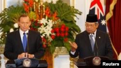 Thủ tướng Úc Tony Abbott trong cuộc họp báo chung với Tổng thống Indonesia Susilo Bambang Yudhoyono tại Phủ Chủ tịch tại Jakarta.