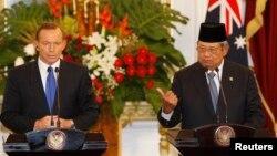 Presiden Susilo Bambang Yudhoyono (kanan) dan PM Australia Tony Abbott dalam konferensi pers bersama di Jakarta, 30 September lalu (foto: dok). Indonesia akan mengkaji ulang kerjasama dengan Australia menyusul dugaan aksi penyadapan.