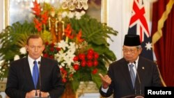 Australia's Prime Minister Tony Abbott listens as Indonesia's President Susilo Bambang Yudhoyono speaks during a joint news conference at the Presidential Palace in Jakarta September 30, 2013.