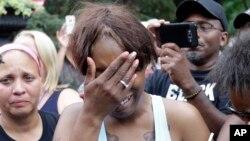 Cô Diamond Reynolds, bạn gái anh Philando Castile đứng khóc bên ngoài tòa nhà thống đốc bang Minnesota ngày 7/7/2016.