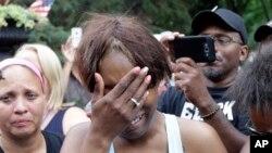 2016年7月7日,美国明尼苏达州圣保罗被警察打死的黑人男子费兰多·卡斯特的女友雷诺兹在州长家外面掩面痛哭。