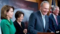 在參議院投票通過撤回FCC廢除網絡中立規則的決定的決議後,參議院少數黨領袖舒默在馬基參議員(右)、艾舒眾議員(左)和眾議院少數黨領袖佩洛西(左一)等民主黨人的陪同下在國會山對記者講話。 (2018年5月16日)