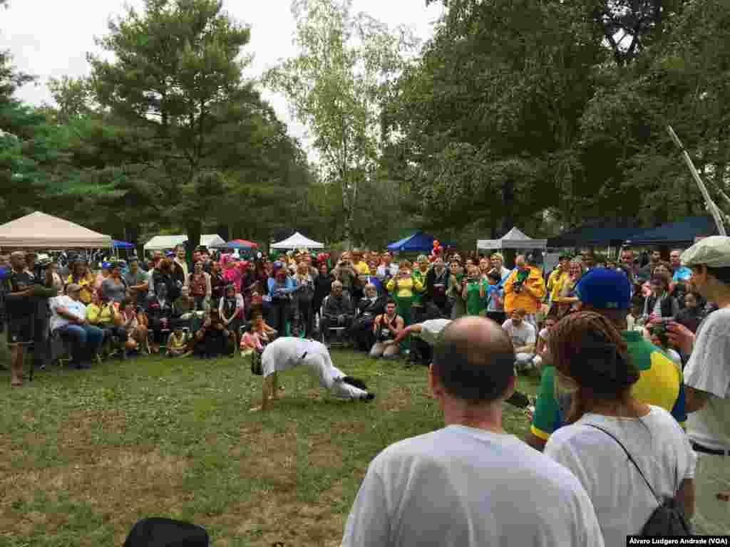 Comunidade brasileira em Boston assistindo a uma roda de capoeira