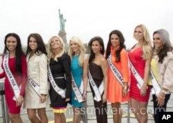 ນິດຕະຍາ ປານມາໄລທອງ, Miss Minnesota USA 2012, (ຄົນທີນຶ່ງ ຈາກຊ້າຍ ຊຸດສີແດງ) ຖ່າຍຮູບຮ່ວມກັບເພື່ອນນາງງາມຈາກລັດອື່ນໆ ໃນລະຫວ່າງຢ້ຽມຢາມນະຄອນນິວຢອກ ເພື່ອແນະນໍາໂຕຕໍ່ສື່ມວນຊົນ ອັນເປັນສ່ວນນຶ່ງຂອງກິດຈະກໍາໃນການປະກວດ Miss USA 2012.