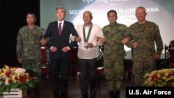 美驻菲大使金成(左二)2018年5月7日出席军演开幕式(美国空军视频截图)