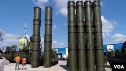 去年莫斯科武器出口展览上的S-300防空导弹系统(美国之音 白桦拍摄)