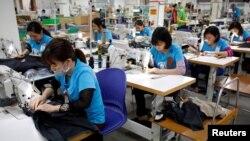 Công nhân đang làm việc tại một xưởng may mặc ở Hà Nội. May mặc vẫn là một trong những mặt hang xuất khẩu chủ đạo của Việt Nam