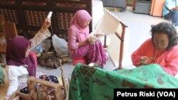 Proses pemintalan benang hingga menjadi kain, menggambar, hingga pewarnaan batik (Foto: VOA/Petrus)