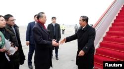资料照片:中国国务委员兼外交部长王毅在北京首都国际机场迎接柬埔寨首相洪森。(2020年2月5日)