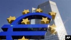 Euro Bölgesi uzun bir aradan sonra büyümesini pozitife çevirse de sürdürülebilir ekonomik büyüme 2015'ten önce zor.