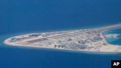 Tư liệu - Một bức hình chụp ngày 21 tháng 4, 2017, cho thấy đường băng và phi đạo mà Trung Quốc xây dựng trên Đá Subi ở Quần đảo Trường Sa