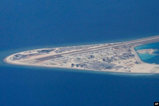 Đường băng và các tòa nhà trên đảo nhân tạo ở Đá Subi do Trung Quốc xây dựng ở quần đảo Trường Sa.