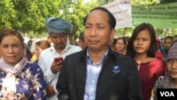 File Photo: Ath Thon, president of Cambodian Labor Confederation, talked to journalists about working environment in the country during a rally to celebrate International Labor Day on May 1, 2018 in Phnom Penh. (Hul Reaksmey/VOA Khmer)