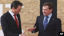 Fogh Rasmussen, ເລຂາທິການໃຫຍ່ກຸ່ມເນໂຕ ຈັບມືກັບປະທານາທິ ບໍດີຣັດເຊຍ ທ່ານ Medvedev ທີ່ກອງປະຊຸມເນໂຕ ວັນທີ 20 ພະຈິກ.