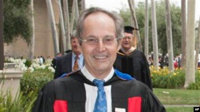 Presiden California Institute of Technology Jean-Lou Chameau di kampus setelah menghadiri upacara kelulusan. (Foto: Dok)
