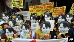 活动人士去年10月集会缅甸驻马尼拉使馆前呼吁民主
