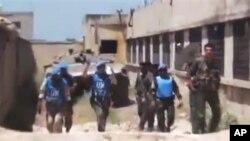 Tim pemantau PBB di saat melakukan misi di Suriah (foto: dok). Pemantau PBB memasuki kota al-Haffeh yang hancur akibat gempuran pasukan Suriah, Kamis (14/6).