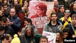 Manifestantes protestan en Barcelona la detención de Carles Puigdemont por parte de autoridades alemanas.