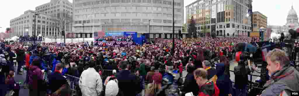 A panoramic view of President Obama's rally at the Wisconsin State Capitol in Madison, November 5, 2012. (Kane Farabaugh/VOA)