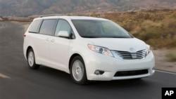 Entre los vehículos con problemas está el minivan Sienna.