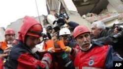 搜救人員在星期二救出地震生還者