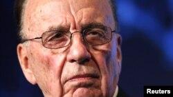 Rupert Murdoch finalmente dijo que consideraba encantadores a ambos hombres.