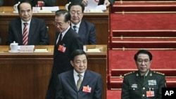 2012年北京两会会场上的薄熙来,他后面是温家宝,右侧是徐才厚