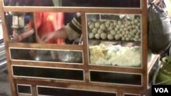 Isu bakso oplosan babi menurunkan omset penjualan bakso di tanah air (Foto: VOA/IrisGera).