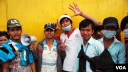 Công nhân đình công đứng bên ngoài xí nghiệp may Great Union, trong thủ đô Phnom Penh, 25/12/13