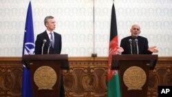 Tổng thống Afghanistan Ashraf Ghani (phải) và Tổng thư ký NATO Jens Stoltenberg trong một buổi họp báo chung tại Dinh Tổng thống ở Kabul, Afghanistan, ngày 15 tháng 3 năm 2016.
