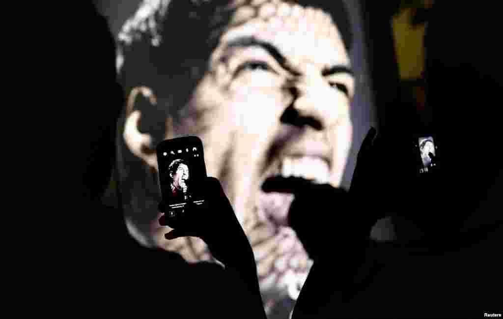 """As pessoas acorrem ao muppi da publicidade da marca Adidas """"Tudo ou Nada"""" com a cara de Suarez de boca aberta, pronto a morder. Copacabana, Rio de Janeiro Junho 26, 2014."""