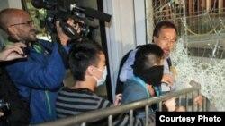 激进占领者冲击立法会玻璃门,泛民议员张超雄阻拦(苹果日报图片)