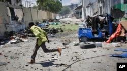 Người dân chạy tìm chỗ núp trong khi giao tranh diễn ra sau một vụ tấn công bằng xe cài bom trong thủ đô Mogadishu, 14/4/15