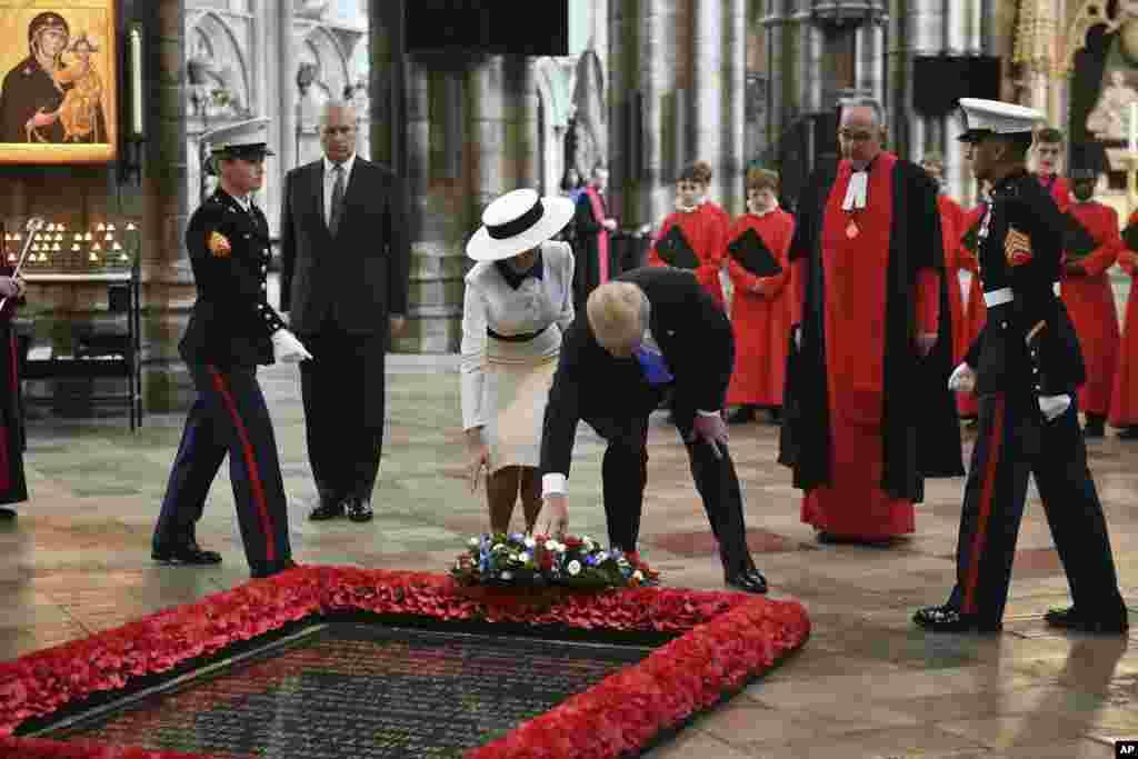 Президент США Дональд Трамп, Мелания Трамп и принц Эндрю (второй слева) возлагают венок на Могилу неизвестного солдата в Вестминстерском аббатстве. Лондон, 3 июня 2019.
