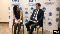 上海合作组织新任秘书长诺罗夫接受美国之音记者采访。