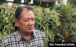 Ketua Paralegal Mekarjaya, Manat Rahmat, mengatakan perlu usaha ekstra untuk memperkenalkan pendekatan keadilan restoratif. (Foto: Rio Tuasikal/VOA)