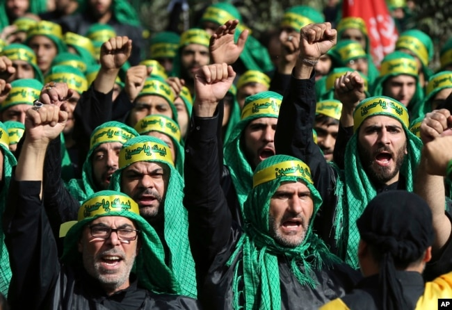 Los partidarios chiís libaneses del grupo Hezbollah respaldado por Irán gritan consignas mientras marchan durante la festividad de Ashoura, en un suburbio al sur de Beirut, Líbano, el 12 de octubre de 2016.