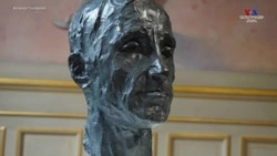 Շառլ Ազնավուրի ծննդյան օրվա առթիվ մայիսի 22-ին Փարիզում տեղադրված կիսանդրին հանրահայտ քանդակագործ Ալիս Մելիքյանի աշխատանքն է