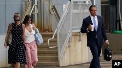 성추행 의혹을 받아온 앤드류 쿠오모 미국 뉴욕 주지사가 10일 사임을 발표한 뒤 헬기에 타기 위해 이동하고 있다.