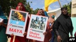 """ພວກແມ່ຍິງພາກັນຮ້ອງຄຳຂວັນ ແລະຍົກປ້າຍທີ່ຂຽນວ່າ """"ບໍ່ມີການວາງລະເບີດ"""" ຢູ່ໃນໂຊມາເລຍ ແລະ """"ຜູ້ກໍ່ອາດຊະຍາກຳທີ່ໂງ່ງ່າວແມ່ນເປັນອັນຕະລາຍ"""" ໃນຂະນະທີ່ທຳການປະທ້ວງຕໍ່ຕ້ານກຸ່ມກໍ່ການຮ້າຍ Al-Shabaab ຂອງໂຊມາເລຍຢູ່ໃນນະຄອນ ໂມກາດິສຊູ ໃນວັນທີ 2 ກຸມພາ 2020"""