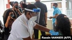 Un agent de santé injecte la première dose du vaccin produit par Sinopharm à l'hôpital des Seychelles à Victoria, le 10 janvier 2021.