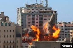 Serangan udara Israel mengenai gedung al-Jalaa yang antara lain merupakan kantor media Associated Press (AP) dan Al Jazeera di Kota Gaza, Jalur Gaza Sabtu, 15 Mei 2021.
