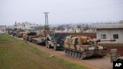 12일 터키군의 대규모 전투차량이 시리아 북서부 이들리브의 마을 인근을 지나고 있다.