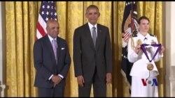 奥巴马为美国艺术人文工作者颁发国家奖章