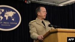 Oramiral Mike Mullen Washington'da Yabancı Basın Mensupları Merkezi'nde gazetecilerin sorularını yanıtlarken