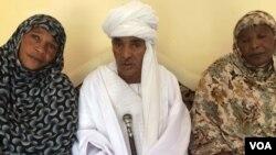 Le général de Brigade à la retraite, Yaya Batit Ali, en grand boubou entouré des veuves des ex-combattants de la FRRRT à N'Djamena, 9 septembre 2017. (VOA/André Kodmadjingar)