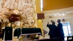 美国总统奥巴马(右一)突访迈阿密一古巴裔美国人教堂