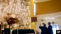 美國總統奧巴馬星期四﹐突然造訪佛羅里達州邁阿密的古巴流亡者常去的聖母博濟朝拜堂。